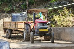 有一辆拖车的拖拉机在水管道建筑 免版税图库摄影