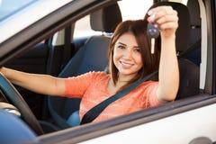 有一辆新的汽车的愉快的女孩 免版税图库摄影