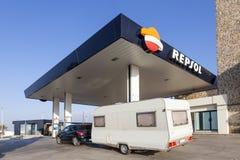 有一辆有蓬卡车的汽车在加油站在西班牙 图库摄影