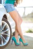 有一辆现代豪华汽车的年轻俏丽的夫人 免版税库存图片