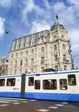 有一辆电车的维多利亚旅馆在前面,阿姆斯特丹,荷兰 库存照片