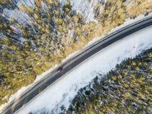 有一辆移动的汽车的雪道在冬天 免版税库存图片