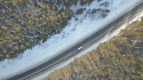 有一辆移动的汽车的雪道在冬天 影视素材