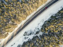 有一辆移动的汽车的雪道在冬天 库存照片
