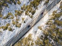 有一辆移动的汽车的雪道在冬天 图库摄影