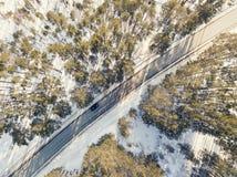 有一辆移动的汽车的雪道在冬天 免版税库存照片