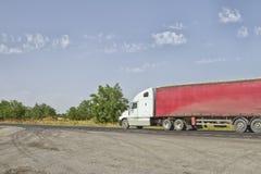 有一辆红色拖车的卡车 库存照片