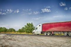 有一辆红色拖车的卡车 库存图片
