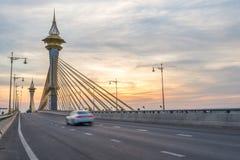 有一辆美丽的光/作用行动迷离汽车的Nonthaburi桥梁 图库摄影
