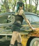 有一辆老汽车的葡萄酒性感的tatoo女孩 库存图片