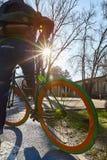 有一辆自行车的人在城市 环境友好的运输方式 回到视图 免版税库存图片
