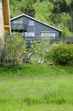 有一辆自行车的大冬天议院在前面庭院 免版税图库摄影