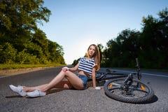 有一辆自行车的女孩在日落 图库摄影