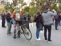 有一辆自行车的抗议者在警察,华盛顿广场公园, NYC, NY,美国附近 库存照片