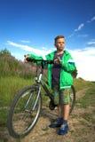 有一辆自行车的年轻男孩本质上休息 库存照片