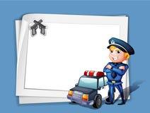 有一辆警车的一位警察在一个白纸旁边 免版税库存图片