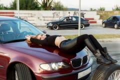有一辆clasic汽车的年轻俏丽的夫人 免版税库存图片