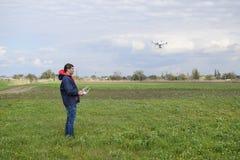 有一遥控的一个人在他的手上 寄生虫的飞行控制 虚拟件 免版税库存图片