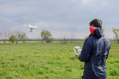 有一遥控的一个人在他的手上 寄生虫的飞行控制 虚拟件 库存图片