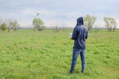 有一遥控的一个人在他的手上 寄生虫的飞行控制 虚拟件 库存照片