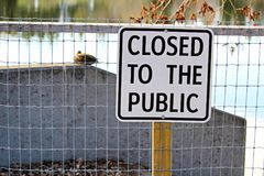 有一闭合的湖边道路对公开标志 库存照片