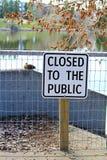有一闭合的湖边道路对公开标志 图库摄影