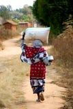 有一面粉的非洲妇女在他坚硬的Pomerini - Tanz的 免版税库存照片