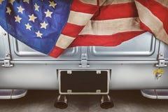 有一面美国国旗的一辆被恢复的老卡车 库存图片