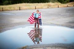 有一面美国国旗的男孩,对他的国家的爱 库存图片