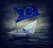 有一面被撕毁的旗子的下沉的欧洲船 免版税库存图片