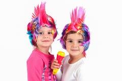 有一顶五颜六色的假发的女孩 图库摄影