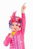 有一顶五颜六色的假发的女孩 免版税库存图片