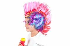 有一顶五颜六色的假发的女孩 免版税库存照片