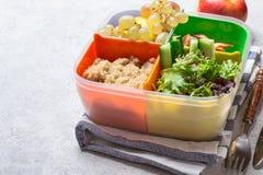 有一顿平衡的膳食的午餐盒 健康食物概念在办公室 库存照片