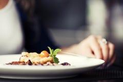 有一顿晚餐的妇女在餐馆 免版税库存照片