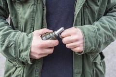 有一颗手榴弹的人在他的手上 免版税库存照片