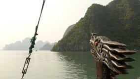 有一龙` s顶头漂浮的一条小船在海洋 越南 长的海湾ha 免版税库存照片