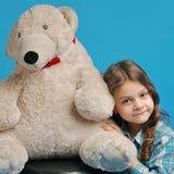 有一头北极熊的白种人小女孩 库存图片