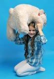 有一头北极熊的白种人小女孩 免版税库存照片