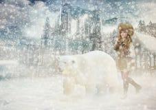 有一头北极熊的红头发人女孩 库存照片