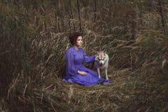 有一头恼怒的狼的妇女 库存照片