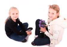 2有一件新年礼物的青少年的女孩 免版税库存照片