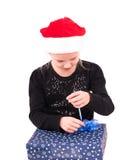 有一件新年礼物的青少年的女孩 库存照片