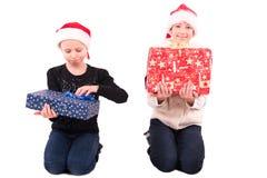 2有一件新年礼物的青少年的女孩 免版税库存图片