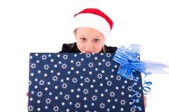 有一件新年礼物的青少年的女孩 免版税库存图片