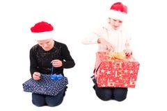2有一件新年礼物的青少年的女孩 免版税图库摄影