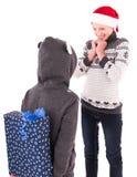 2有一件新年礼物的青少年的女孩 库存照片