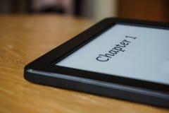 有一说明的第1章电子读者在显示的电子墨水 免版税库存图片
