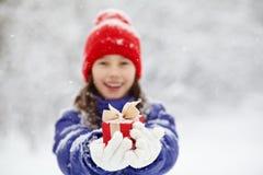 有一件礼物的十几岁的女孩在他们的手上 免版税库存图片