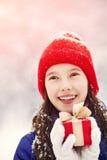 有一件礼物的十几岁的女孩在他们的手上 免版税图库摄影